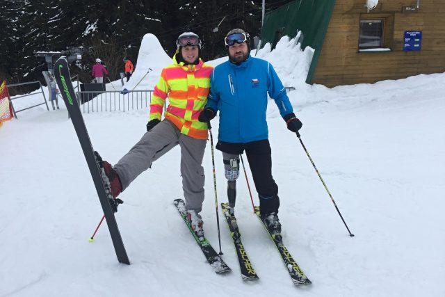 Aleš Bouda lyžoval dříve závodně. Bionické koleno mu umožňuje užít si jízdu na lyžích i po amputaci