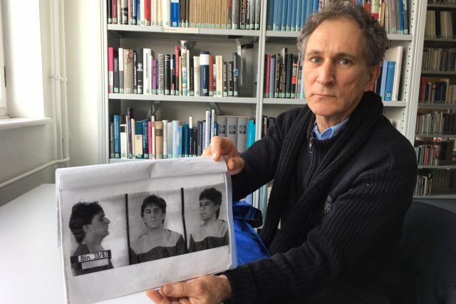 Jorge Vazquéz se svojí fotkou z doby zatčení, kterou získal ze spisu bývalé východoněmecké tajné policie