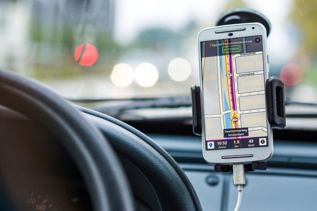 Pojišťovny se snaží motivovat řidiče, aby řídili bezpečněji. Mobilní aplikace umí sledovat styl vaší jízdy a vyhodnocovat, v čem se můžete zlepšit