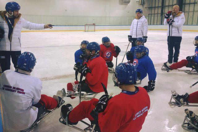 Momentka z tréninku českých sledge hokejistů. O medaile si sice nezahrají, přesto jdou i do následujících zápasů s obrovským srdcem