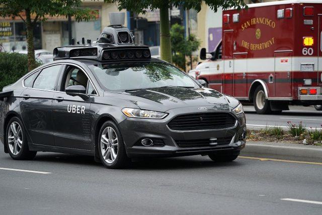 Samořiditelné auto společnosti Uber v ulicích San Francisca