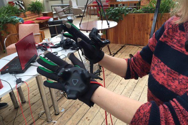 Hmatové rukavice pomocí vibrací a 3D modelu zprostředkovávají nevidomým ojedinělý zážitek z umění