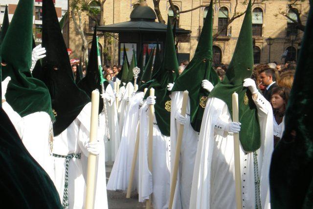 Každé bratrstvo má tradiční sváteční oděv v jiných barvách. Základ je ale stejný,  sestává z tuniky,  pláště zvaného capa a špičaté čepice s kápí,  tzv. capirote  | foto:  licence CC BY-SA 2.0,   Lobillo