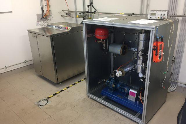 Elektrolyzér, který z přebytku elektrické energie a vody vyrábí vodík vypadá jako chromová pračka (vlevo)