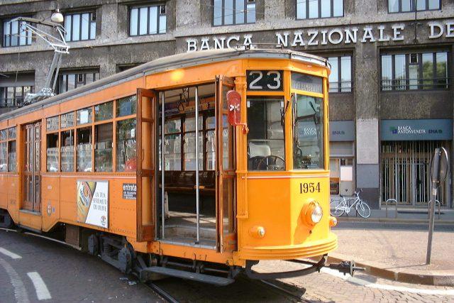 Historická tramvaj slouží nejen turistům, ale i běžným obyvatelům Milána