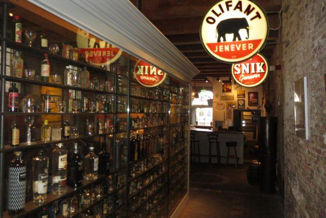 Základem jeneveru je stejně jako u whisky obilí. Specifickou chuť ovšem získává z jalovcových bobulí