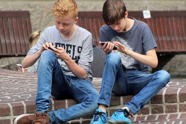 Dva chlapci s mobilem