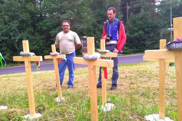 Sedm velký křížů ze světlého dřeva se objevilo na louce u Kunratické ulice v Liberci