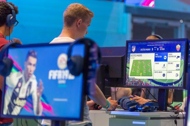 Hráči počítačové hry FIFA na turnaji (ilustrační snímek)