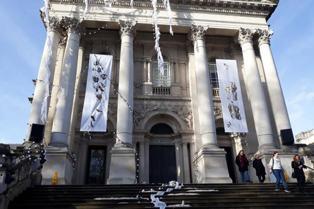 Průčelí londýnské galerie Tate Britain teď vypadá jako vchod do nějakého vyplaveného postapokalyptického chrámu