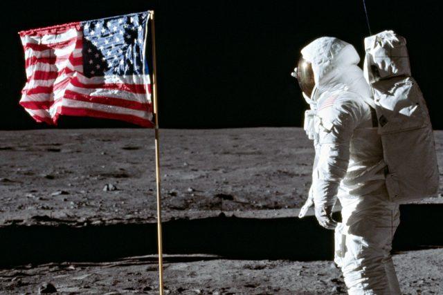 Buzz Aldrin na Měsíci a vlajka USA