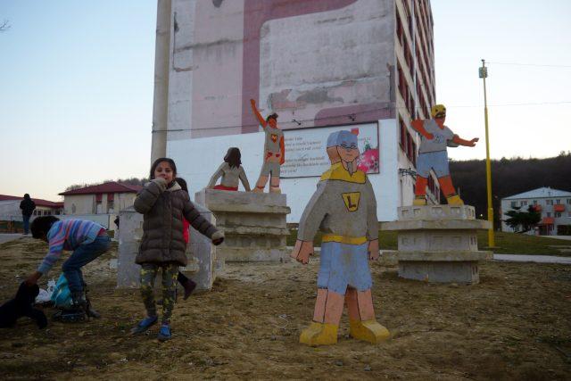 Betonové sousoší superhrdinů na Luníku IX | foto: Erik Sýkora