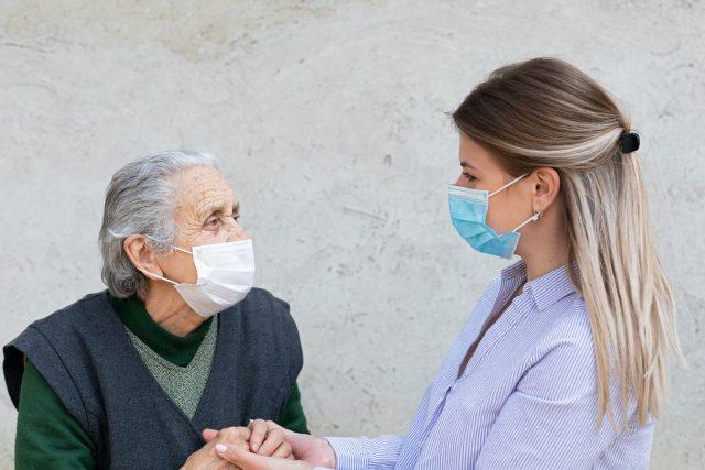 Lidé mohou navštívit své blízké v domovech pro seniory, nemocnicích nebo léčebnách dlouhodobě nemocných (ilustrační foto)