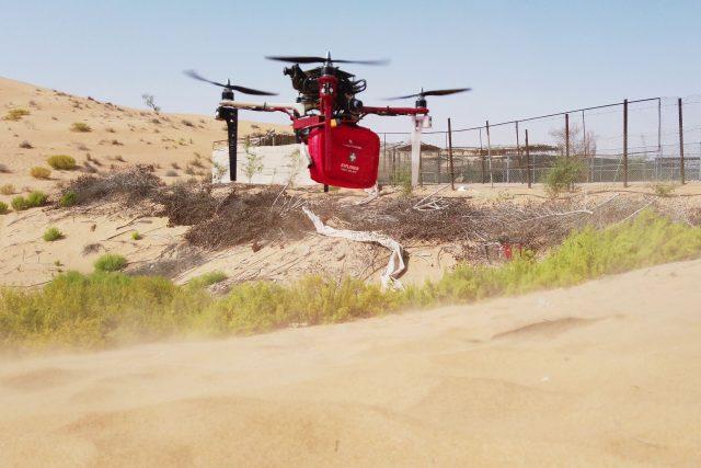 Nedávno experti ze skupiny multirobotických systémů testovali drony na poušti ve Spojených arabských emirátech. Cílem bylo vyhledat osoby v nouzi,  přistát a předat jim balíček první pomoci | foto: Fakulta elektrotechnická ČVUT