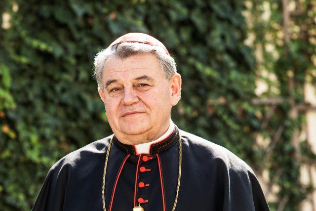 Dominik kardinál Duka na zahradě Arcibiskupského paláce v Praze