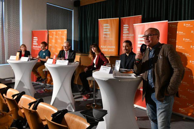 Jan Pokorný v úvodu debaty s odborníky na téma nedůvěra v demokracii a instituce
