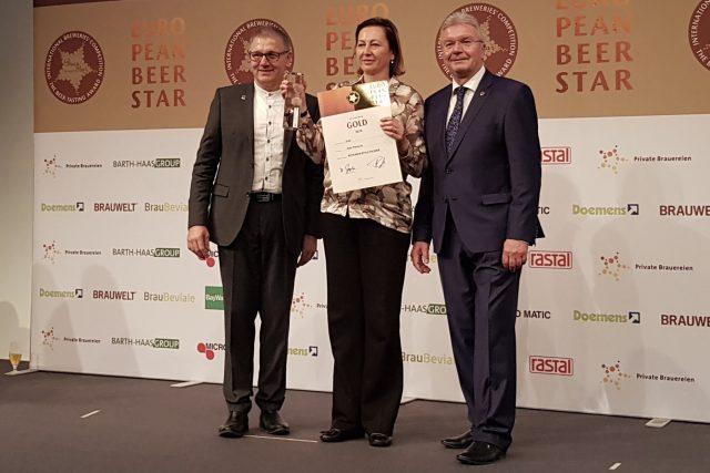 Nataša Rousková z přerovského pivovaru Zubr přebírá ocenění za nejlepší světlé pivo českého stylu na prestižní pivní soutěži v Norimberku