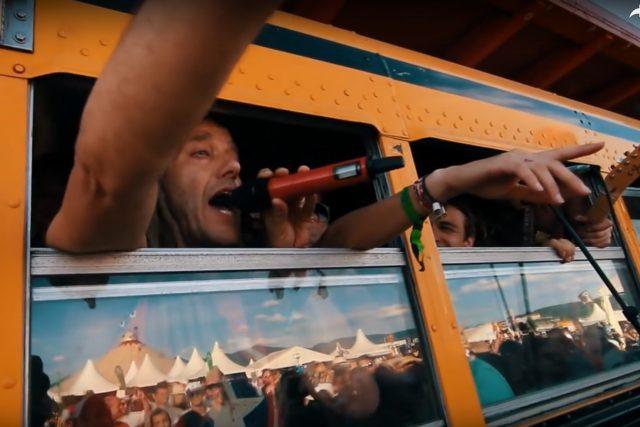 Bas Barnasconi z holandské kapely Bazzookas během vystoupení ve žlutém autobusu skupiny