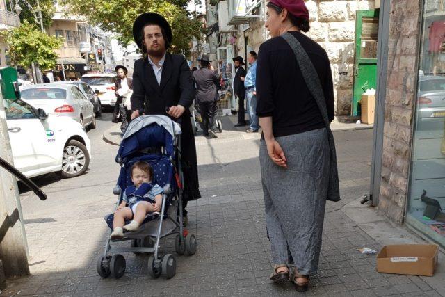 Muži i ženy chodí po ulici vždy s pokrývkou hlavy.