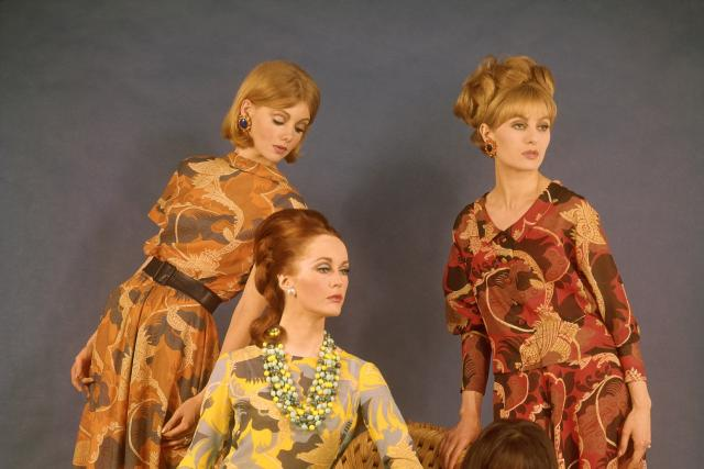 Večerní oděvy s rozevlátými sukněmi. Nina Ricci, 1964