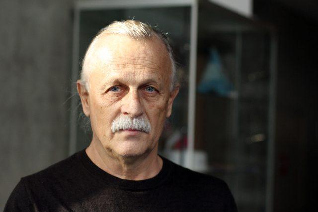Básník, písničkář, spisovatel a překladatel a předseda Českého centra Mezinárodního PEN klubu Jiří Dědeček