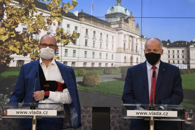 Ministr školství Robert Plaga (ANO) a ministr zdravotnictví za ANO Roman Prymula (vpravo) po mimořádném jednání vlády