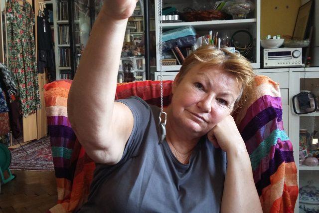Zuzana Brejchová si z kulky,  která jí v pražském bytě málem zasáhla,  udělal přívěšek   foto: Jan Sedmidubský, Český rozhlas