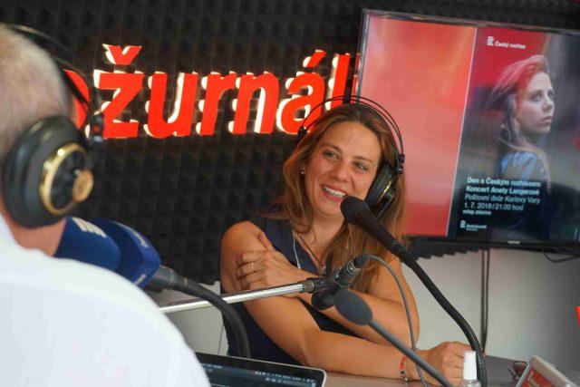 Do mobilního studia Radiožurnálu na Sadové kolonádě v Karlových varech si zpěvačka Aneta Langerová přinesla i kytaru