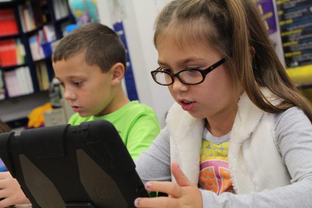 Děti, internet, tablet, kyberbezpečnost, kyberšikana (ilustrační foto)