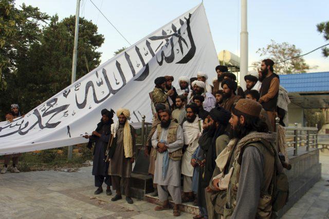 Bojovníci Talibanu vyvěšují vlajku v provincii Ghazní na jihovýchodě Afghánistánu   foto:  Gulabuddin Amiri,  ČTK/AP