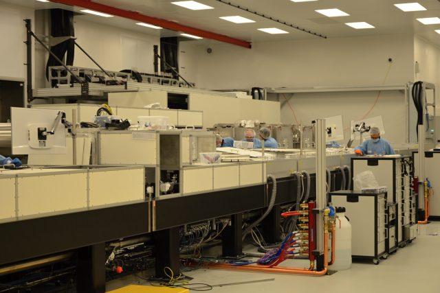 Srdce laseru L4 se nachází v prostorné hale vybavené hepafiltry, které udržují v prostoru maximální čistotu