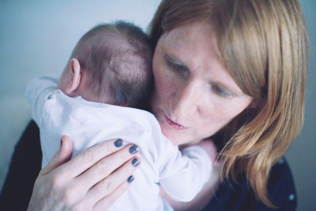 Matka s novorozencem
