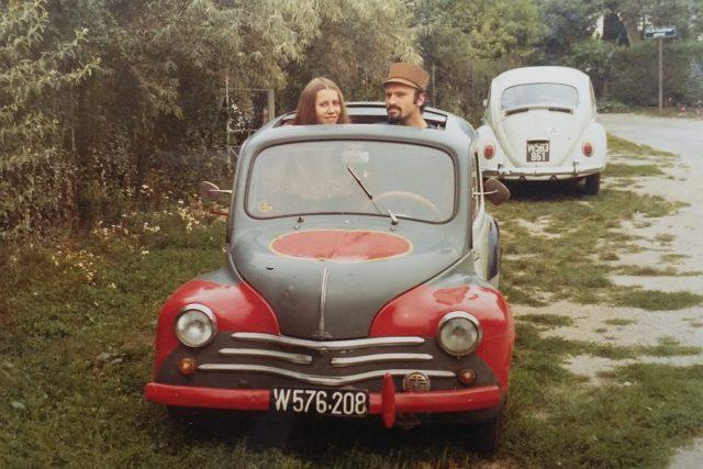 První auto. Spisovatel Milan Ráček se se svou ženou usadil už v 70. letech nedaleko československé hranice v Rakousku    foto:  archiv Milana Ráčka
