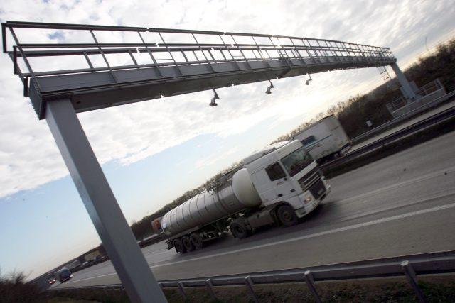 Mýto, mýtná brána, doprava, silnice, dálnice, cisterna, nákladní automobil, kamion
