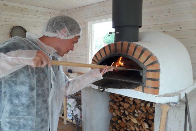 Hotová placka putuje na několik minut do rozpálené pece