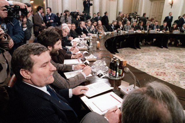 Lech Walesa u kulatého stolu na jednání s představiteli komunistické vlády (6. února 1989)
