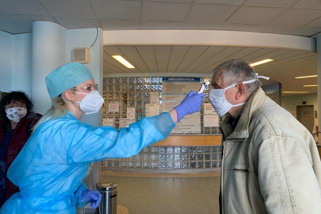 Každý návštěvník náchodské nemocnice nově dostává při vstupu do areálu erární roušku