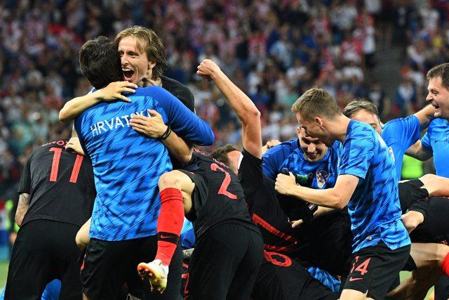 Chorvati slaví vítězství nad Dánskem na MS ve fotbale v Rusku (2018, v popředí Luka Modrić)