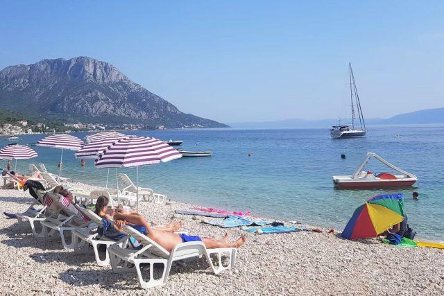 Chorvatsko, moře, dovolená, koupání, pláž, léto, opalování, lehátka, slunečníky, slunce, Makarská riviéra, cestování, ilustrační foto