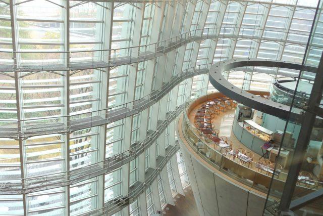 National Art Center je unikátní výstavní prostor, který v sobě sdružuje funkce muzea, galerie, kavárny, parku i knihovny.