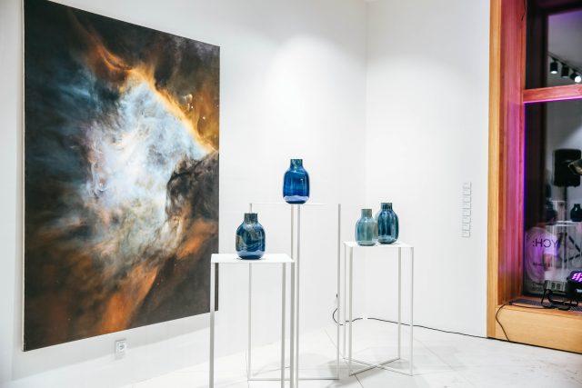 Výstava váz z projektu Lost & Found skláře Lukáše Nováka