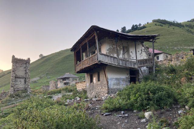 Gruzínská oblast Svanetie ožívá turisty. Spí se u lidí v jejich domech,  jí se lokální prosté,  ale skvělé jídlo | foto: Ľubomír Smatana,  Český rozhlas