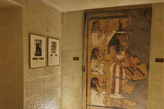 Všechno vytesané z vápence, vymalované a nástěnné malby stejně poškozené jako v původní hrobce