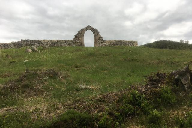 Ruiny kostela sv. Mikuláše jsou rozlohou velmi malé,  ovšem ztracené v lesích působí naprosto výjimečně | foto: Ľubomír Smatana,  Český rozhlas