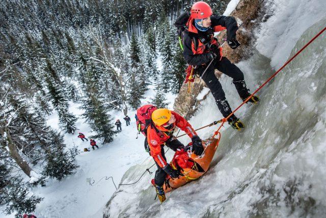 """""""Ze začátku jde o vteřiny, je potřeba zajistit člověka na místě, poskytnout mu první pomoc,"""" vysvětluje ředitel hasičů David Pouč"""