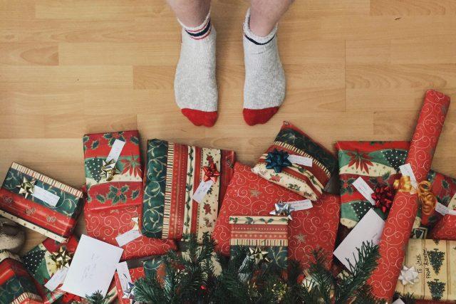 Vánoční dárky | foto: Andrew Neel,  Fotobanka Unsplash