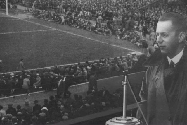 Fotokoláž  (pravděpodobně ze třicátých let) zpodobňující Josefa Laufera při komentování fotbalového utkání   foto: autor neznámý,  Archivní a programové fondy Českého rozhlasu