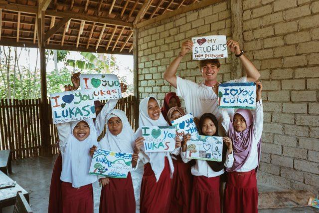 Lukáš Kulda učil dva měsíce na Lomboku tamní nespoutané děti angličtinu, skateboarding i parkour