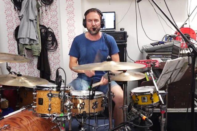 Bubeník a zpěvák Milan Cais z kapely Tata Bojs během živého přenosu na Radiožurnálu
