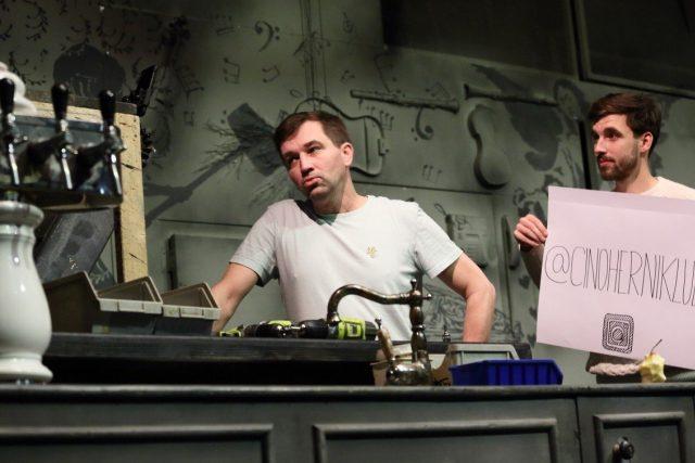 Instagramová tisková konference zaměřená na fanoušky hry Sopranistky v Činoherním klubu (vlevo Ondřej Sokol)